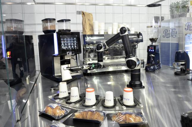 Фото - Первая в Европе роботизированная кофейня