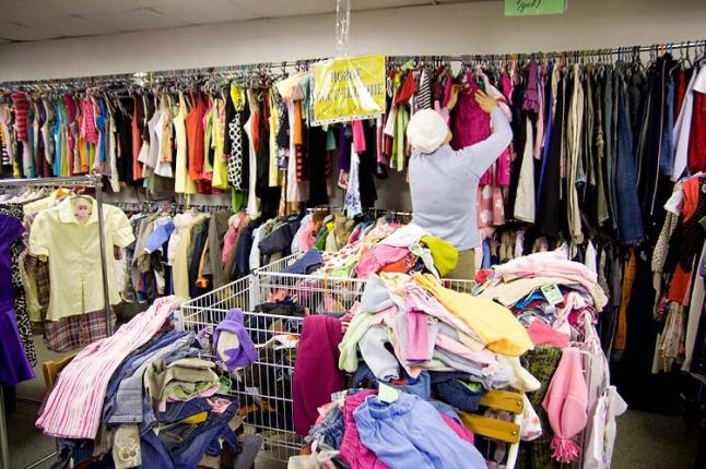 Фото - Сортировка и продажи бывшей в употреблении одежды