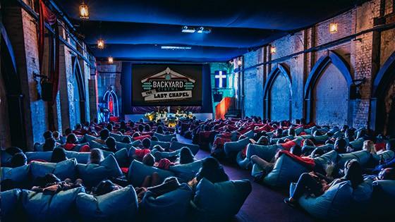 Фото - Сеть кинотеатров, в которых смотрят фильмы душей.