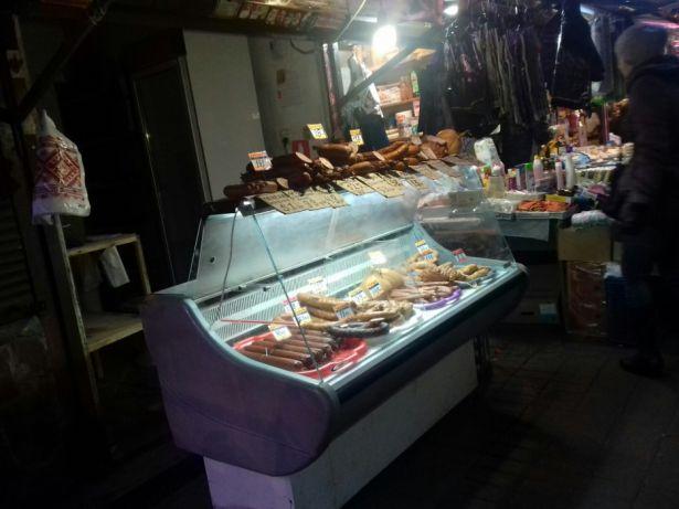 Фото - торгівля ковбасними виробами на базарах