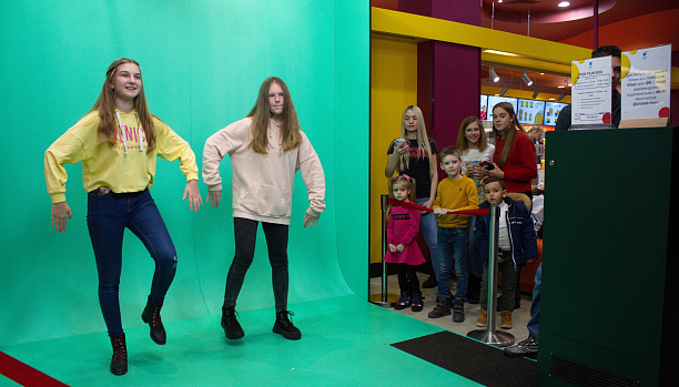 Photo 1 - Automatic filming people on chromakey and instant editing